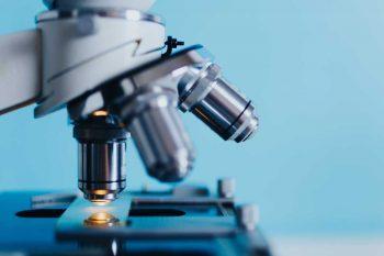 Papanikolau bris se ispituje u laboratoriji, pod mikroskopom