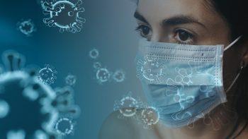 Žena nosi jednokratnu hiruršku masku da bi se zaštitila od korona virusa.